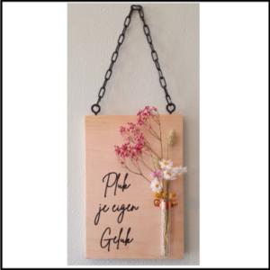 Hangend plankje met droogbloemen en tekst